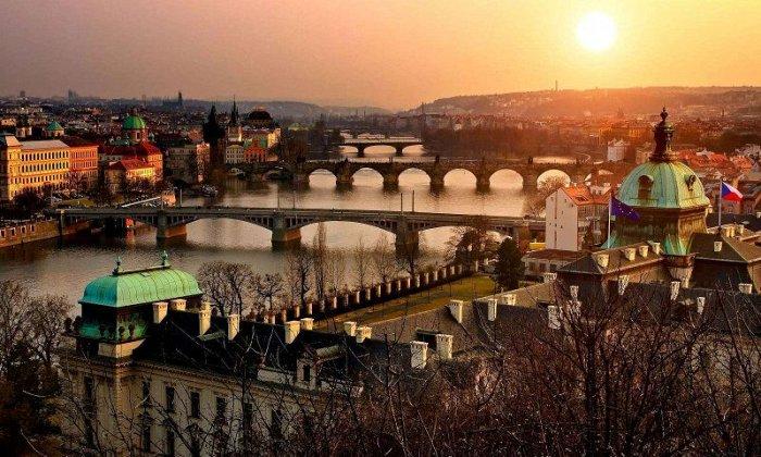 Χριστούγεννα 9 ημέρες οδικώς από Αθήνα. Διαμονή σε ξενοδοχεία 4* με πρωινό και 4 δείπνα. Μεταφορές και ξεναγήσεις σε 4 χώρες: Βουδαπέστη, Βιέννη, Πράγα, Κάρλοβι Βάρι, Μπρατισλάβα.