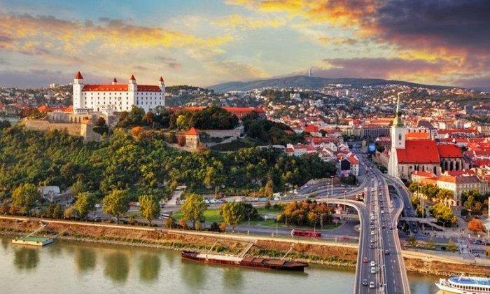 Χριστούγεννα και Πρωτοχρονιά και Θεοφάνεια 7 ημέρες οδικώς από Αθήνα. Διαμονή στη Βουδαπέστη σε ξενοδοχείο 4* της επιλογής σας με πρωινό και 2 δείπνα. Μεταφορές και ξεναγήσεις σε 3 χώρες: Βουδαπέστη, Βιέννη, Παραδουνάβια χωριά, Μπρατισλάβα.