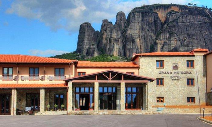 28η Οκτωβρίου από 85€ ανά διανυκτέρευση με πρωινό για 2 ενήλικες και 1 παιδί έως 3 ετών Ισχύει για 28η Οκτωβρίου στο 4* Grand Meteora Hotel